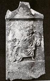 Επιτύμβια στήλη της Αρδρίνης από την αρχαία Τράγιλο, τέλη 5ου-αρχές 4ου αι. π.Χ. (αρ. κατ. 8).