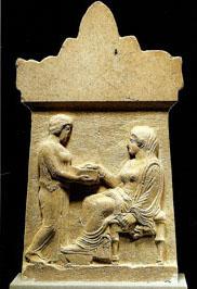 Επιτύμβια στήλη με παράσταση δέσποινας και δούλης από την Αμφίπολη, δεύτερο τέταρτο 4ου αι. π.Χ. (αρ. κατ. 5).