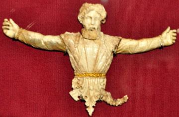 Ελεφαντοστέινη μορφή άνδρα που αποτελούσε μέρος της διακόσμησης σε επιφάνεια επίπλου.