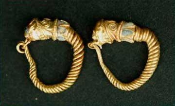 Χρυσά σκουλαρίκια από τάφο της Αιανής