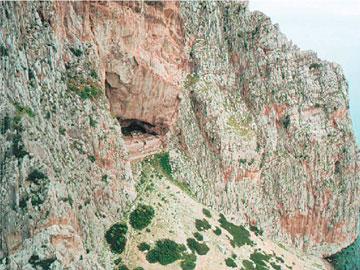 Μοναστηριακό συγκρότημα με μοναδική εγκλείστρα στο σπήλαιο Αγ. Νικολάου της Βαράσοβας Αιτωλίας