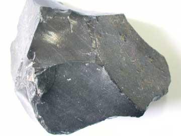 Οψιδιανός, πυριγενές πέτρωμα, από τη στερεοποίηση του μάγματος που προέρχεται από το εσωτερικό της γης (ΑΠΘ, Τμήμα Γεωλογίας)