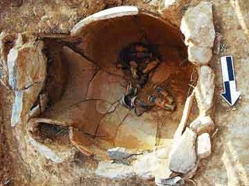 Μεγάλος ταφικός πίθος, εντός του οποίου βρίσκονται πολλά μικρά αγγεία με πλούσια διακόσμηση