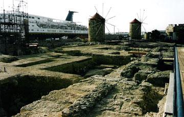 Η Ρόδος και ο αρχαίος λιμενοβραχίων του Μεγάλου Λιμένος (Φωτ. Catherine Bouras).