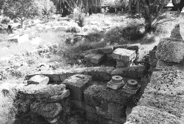 Οι νεώσοικοι της Ρόδου και το ρωμαϊκό μνημειακό τετράπυλο (Φωτ. Catherine Bouras).