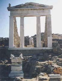 Η πρόσοψη του Ισείου στη Δήλο.