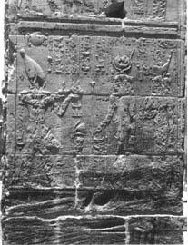 Στη Μεγάλη Πύλη του Πτολεμαίου Β΄ του Φιλάδελφου απεικονίζεται η αδελφή και σύζυγός του Αρσινόη Β΄ να ακολουθεί την Ίσιδα.