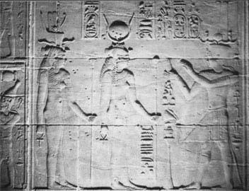 Η Αρσινόη Β΄ ακολουθεί την Ίσιδα σε ένα μνημειακό ανάγλυφο στο ναό των Φιλών.
