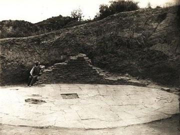 Κακόβατος, πλακοστρωμένο δάπεδο του θολωτού τάφου Β.
