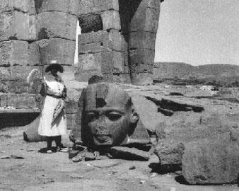 Η Ά. Κρίστι δίπλα στην κεφαλή του Ραμσή Β΄στο Ραμέσσειο δυτικά των Θηβών, Αίγυπτος 1931 ή 1933 (φωτ. M. Mallowan).