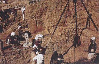 Ανασκαφή στο ανάκτορο του βασιλιά Ασουρμπανιπάλ Β΄ στη Νιμρούντ, 1950 (φωτ. Ά. Κρίστι).