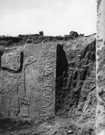 Αποκάλυψη αναγλύφου από το ανάκτορο του βασιλιά Ασουρμπανιπάλ Β΄ στη Νιμρούντ, 1950 (φωτ. Ά. Κρίστι).