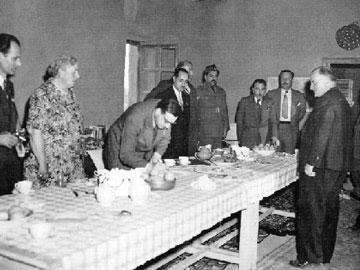 Ο M. Mallowan και η Ά. Κρίστι κατά την παρουσίαση ευρημάτων από τις ανασκαφές της Νιμρούντ, τη δεκαετία του 1950.