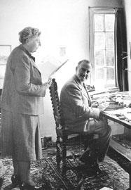 Η Ά. Κρίστι με το σύζυγό της, βρετανό αρχαιολόγο Max Mallowan στο σπίτι τους στο Wallingford της Οξφόρδης, 1950.