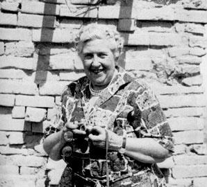 Η Άγκαθα Κρίστι με τη φωτογραφική της μηχανή στη Νιμρούντ τη δεκαετία του 1950.
