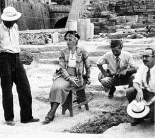 Η Άγκαθα Κρίστι στην Αρχαία Αγορά της Αθήνας με μέλη της Αμερικανικής Σχολής, στις αρχές της δεκαετίας του 1950.