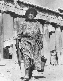 Η Άγκαθα Κρίστι στην Ακρόπολη της Αθήνας, μπροστά στον Παρθενώνα, 31 Αυγούστου 1958.