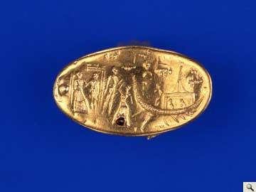 Χρυσό σφραγιστικό δακτυλίδι από την Τίρυνθα (π. 1500 π.Χ.) με παράσταση πλοίου με επιβάτες και ενός τύπου καμπίνας (ΕΑΜ, 6209).