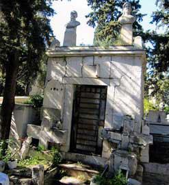 Άποψη από το μνημείο της οικογένειας Κανάρη.