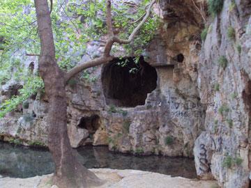 Το μόνο που υπενθυμίζει στο σημερινό επισκέπτη ότι ο τόπος ήταν κάποτε ιερός, είναι οι κόγχες που υπάρχουν δίπλα στο ποτάμι.