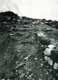 Αγγεία εμπλουτισμού στυπτηρίας γης (λεκανίδες) σε παράκτια αποθήκη του λιμένατου λιμένα της Αγίας Κυριακής Μήλου