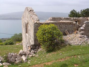 Ερειπωμένη κατοικία στον εγκαταλειμμένο οικισμό Φάρσα της Κεφαλονιάς, 2008.