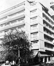 Πολυκατοικία υψηλού-μέσου εισοδήματος στο κέντρο της Αθήνας (φωτ. Β. Βαφειάδης).