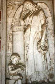 Η επιτοίχια ανάγλυφη πλάκα του μνημείου.