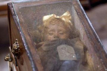 Η Ροζάλια Λομπάρντο όπως εκτίθεται στις κατακόμβες των Καπουτσίνων στο Παλέρμο.