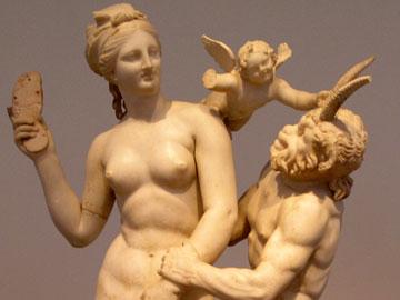 Η Αφροδίτη προσπαθεί να αποκρούσει την ερωτική επίθεση του Πάνα με τη βοήθεια του σανδαλιού της.