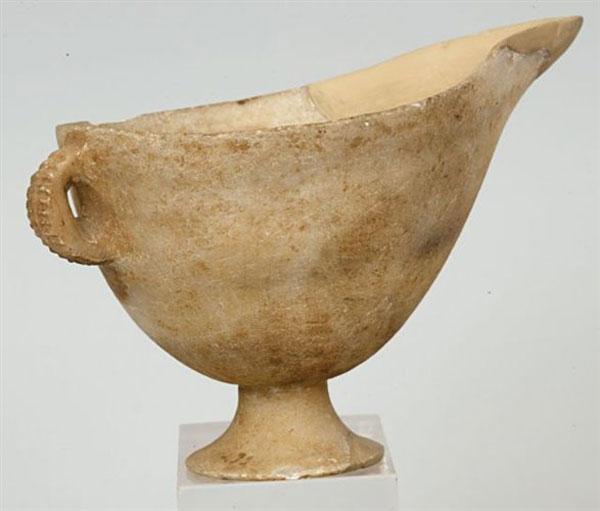 Μαρμάρινη ραμφόστομη φιάλη από τη Νάξο. Εθνικό Αρχαιολογικό Μουσείο.