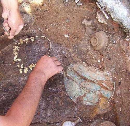 Ένα από τα στεφάνια που βρέθηκαν στην ανασκαφή του Μετρό Θεσσαλονίκης.