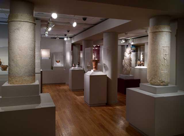 Άποψη της έκθεσης «Γυναικών λατρείες: Τελετουργίες και καθημερινότητα στην Κλασική Αθήνα» που είχε παρουσιαστεί στο Ωνάσειο Πολιτιστικό Κέντρο στη Νέα Υόρκη.