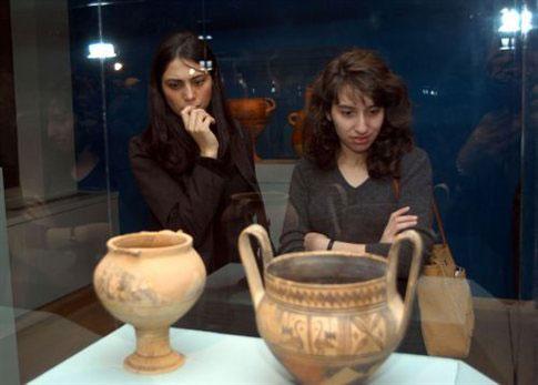 Oι 'Ελληνες αρχαιολόγοι αναφέρουν ότι χιλιάδες επισκέπτες στριμώχνονται για να προλάβουν να διασχίσουν τις αίθουσες των μουσείων μέχρι τις 3.