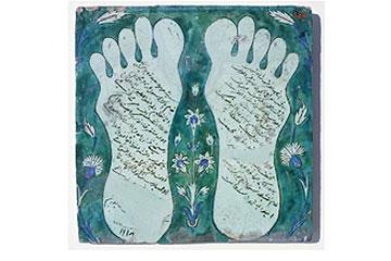 Τα αποτυπώµατα που άφησε ο Μωάµεθ ξεκινώντας το θαυµαστό νυχτερινό του ταξίδι στους ουρανούς από την Ιερουσαλήµ, στο σηµείο όπου το 691 κτίστηκε το πρώτο µουσουλµανικό µνηµείο – ο Τρούλος του Βράχου – αποτυπώνονται στο πλακίδιο από το Ιζνίκ του 1706.