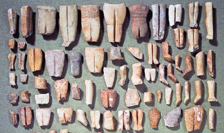 Θραυσμένα ειδώλια από τον Θησαυρό της Κέρου που βρίσκονται στο Μουσείο Κυκλαδικής Τέχνης.