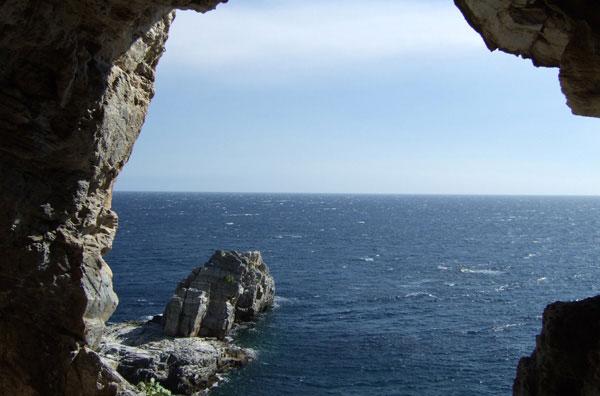 Περισσότερα από 165 σπήλαια είναι διάσπαρτα στο βουνό των Κενταύρων.