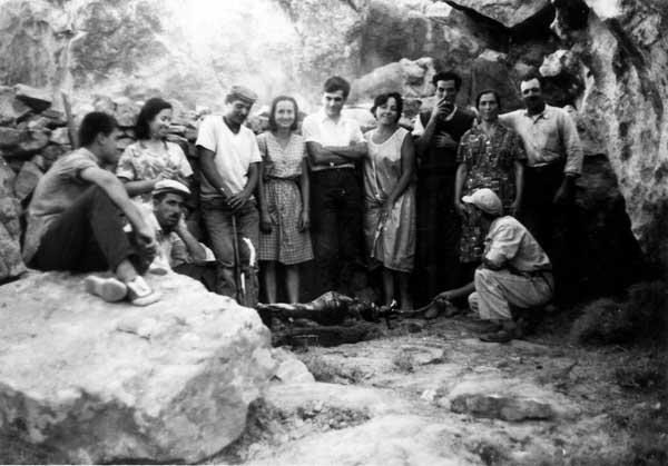 Αναμνηστική φωτογραφία μετά το τέλος της ανασκαφής της γεωμετρικής νεκρόπολης στο Τσικαλαριό (1965). Φωτ. Φ. Ζαφειροπούλου.