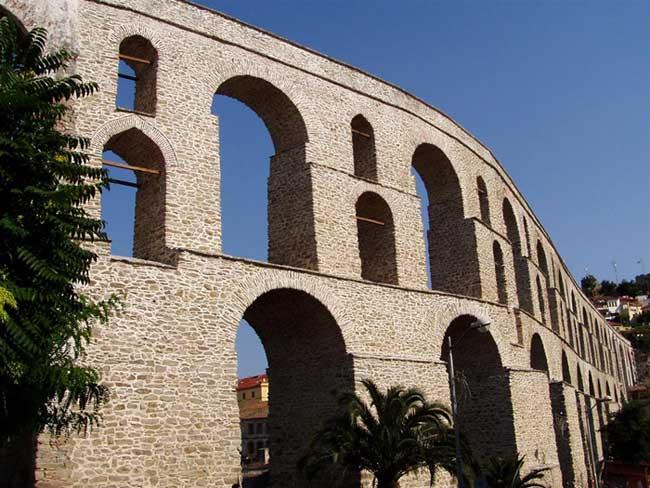Το υδραγωγείο (γνωστό ως Καμάρες) είναι έργο του Σουλτάνου Σουλεϊμάν του Μεγαλοπρεπούς.