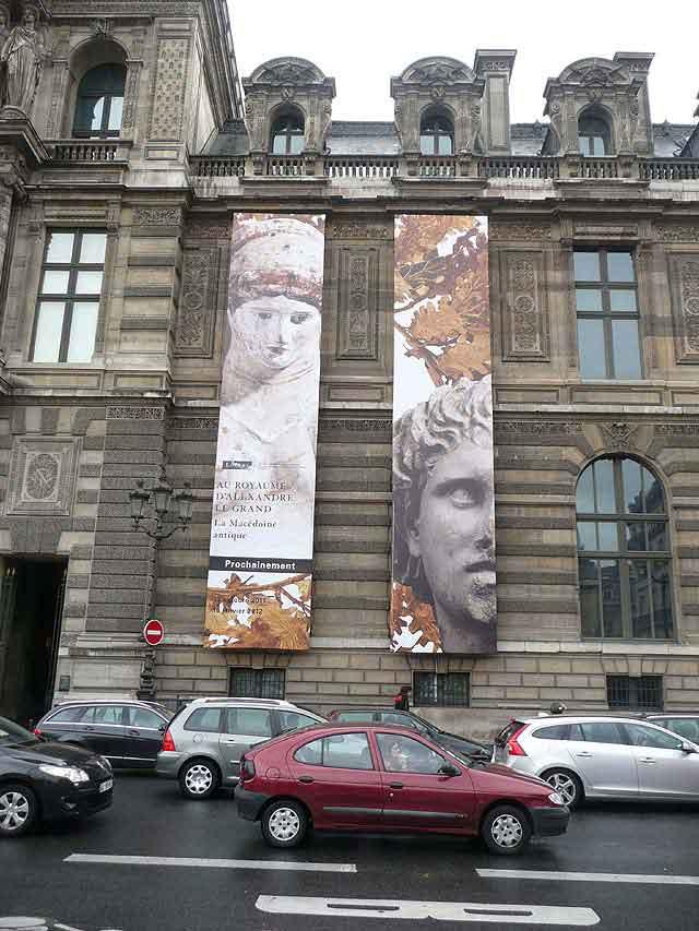 Γιγάντιες φωτογραφικές πινακίδες στην πρόσοψη του Λούβρου για την έκθεση «Αρχαία Μακεδονία: Στο βασίλειο του Μεγάλου Αλεξάνδρου».