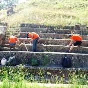 Εθελοντές αναδεικνύουν το αρχαίο θέατρο Μεγαλόπολης