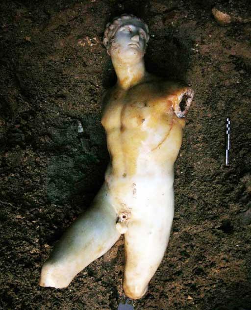 Εικ. 1. Το μαρμάρινο άγαλμα όπως βρέθηκε στους Κήπους Shallalat στην Αλεξάνδρεια της Αιγύπτου.