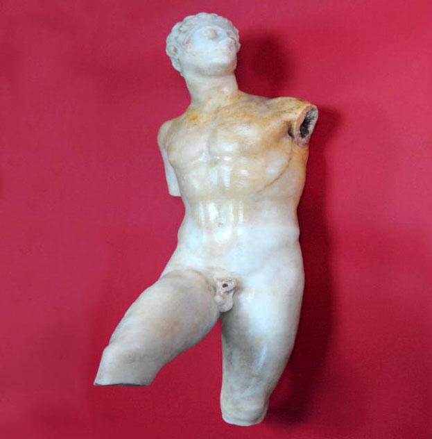 Εικ. 5β. Το σώμα του αγάλματος πριν από τη συντήρηση.