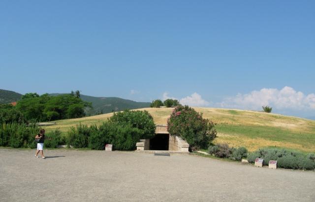 Η είσοδος του μουσείου των βασιλικών τάφων στις Αιγές (Βεργίνα).