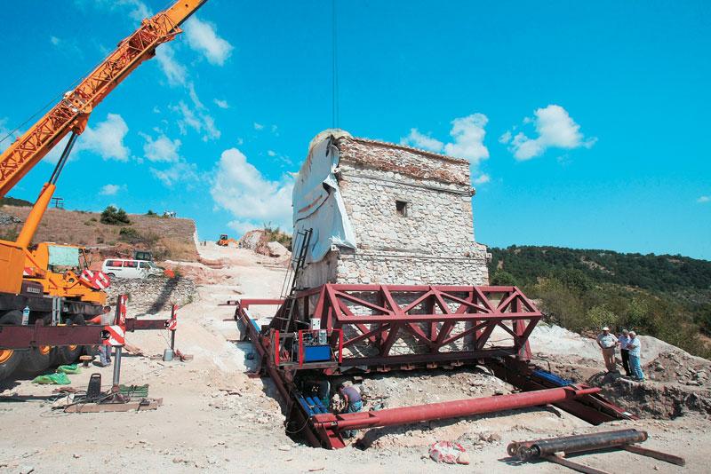 Εντυπωσιακή στιγμή των έργων για την αποκατάσταση της βυζαντινής μονής στη Δεσκάτη Γρεβενών με τμήμα του κτίσματος στον αέρα.