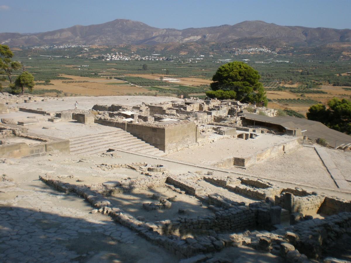 Η περιοχή της Φαιστού με το ανάκτορο σε πρώτο πλάνο.