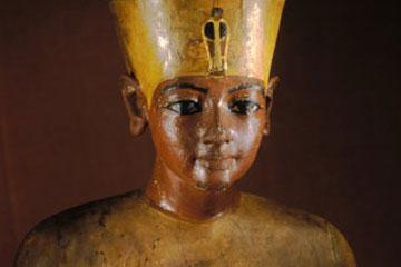 Άγαλμα του Τουτανκχαμών από επιχρωματισμένο ξύλο.