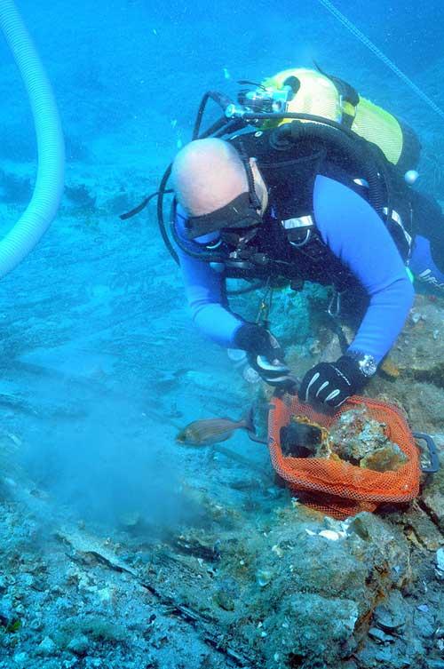 Περισυλλογή ευρημάτων από το χώρο της πρύμνης του πλοίου.