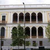 Kώστας Βαρώτσος στο Αρχαιολογικό Μουσείο Πόρου και Τάκης Στεφάνου στο Νομισματικό