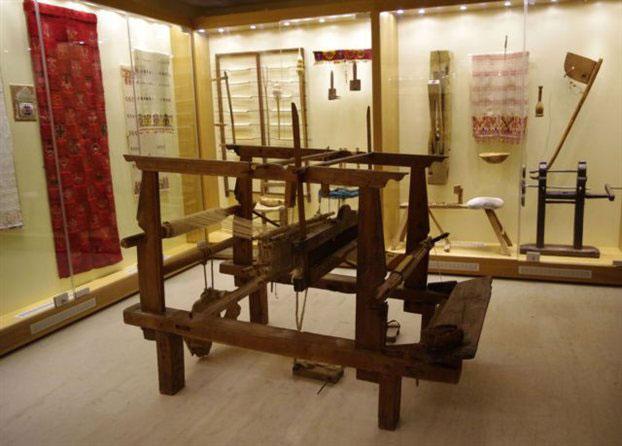 Υφαντά και εργαλεία υφαντικής εκτίθενται στη νέα πτέρυγα του Αγροτικού Μουσείου Παρλαμά στο Πισκοπιανό Χερσονήσου Κρήτης.